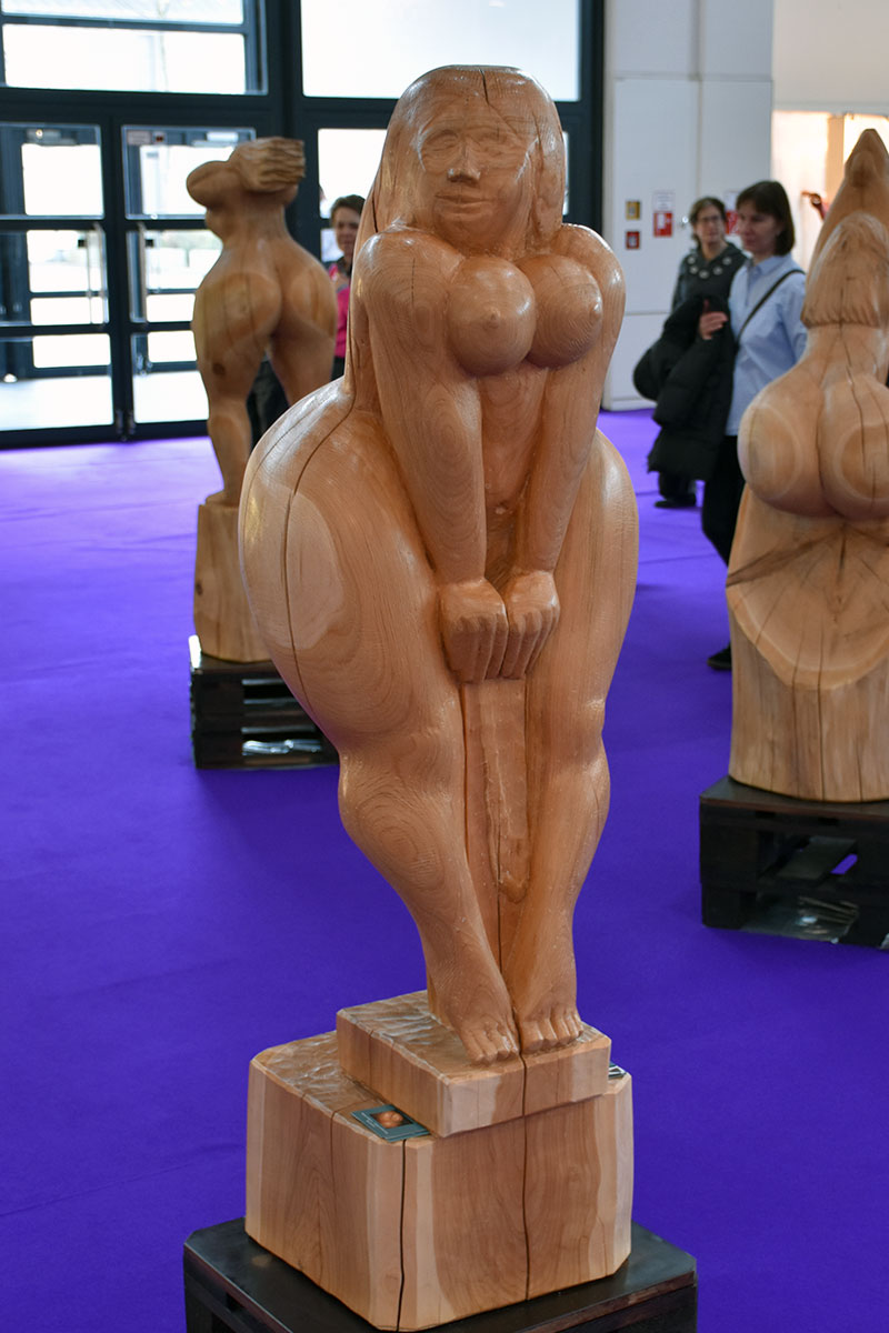 Weibliche Aktfigur aus Holz