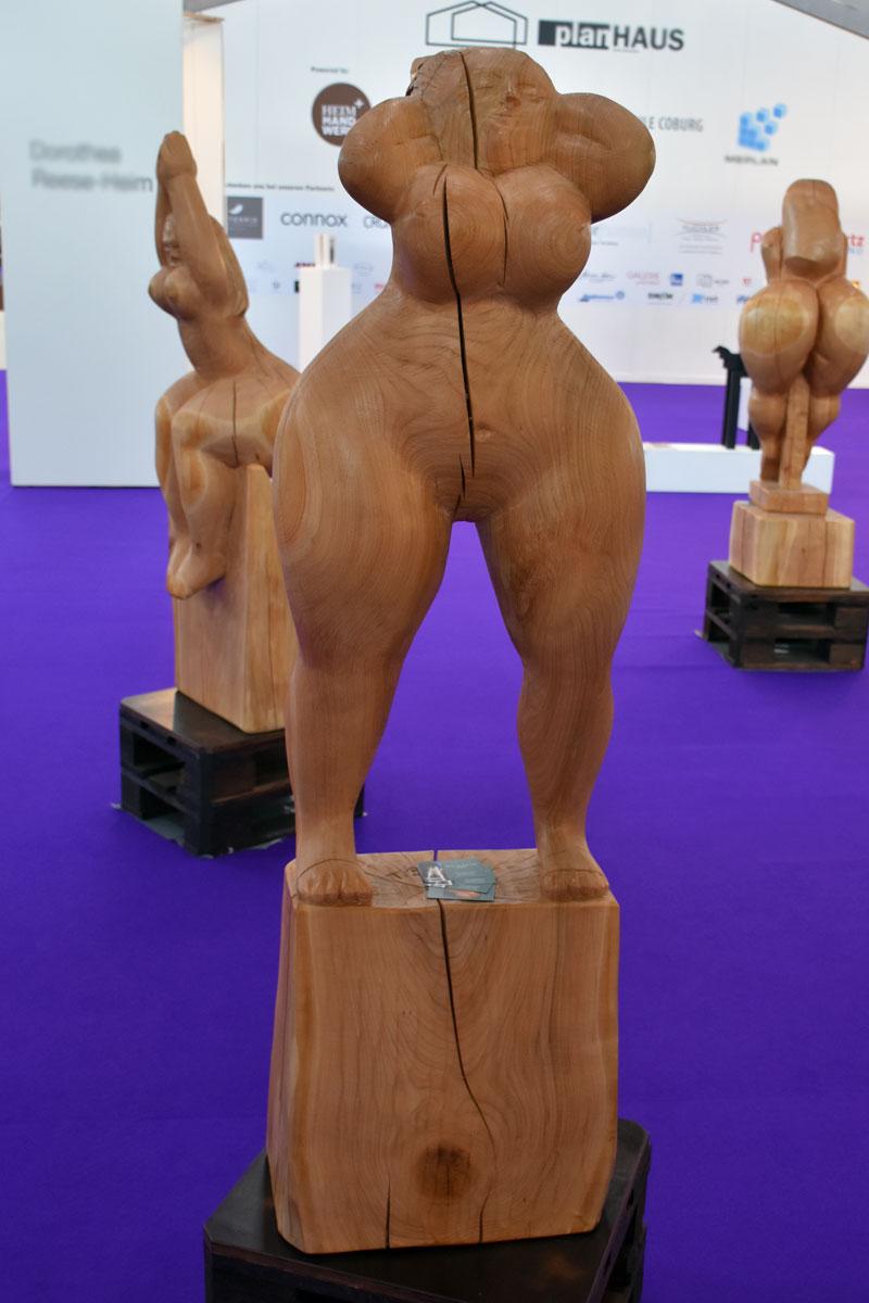 Weibliche Aktfigur aus Holz - Hände hinter dem Kopf verschränkt
