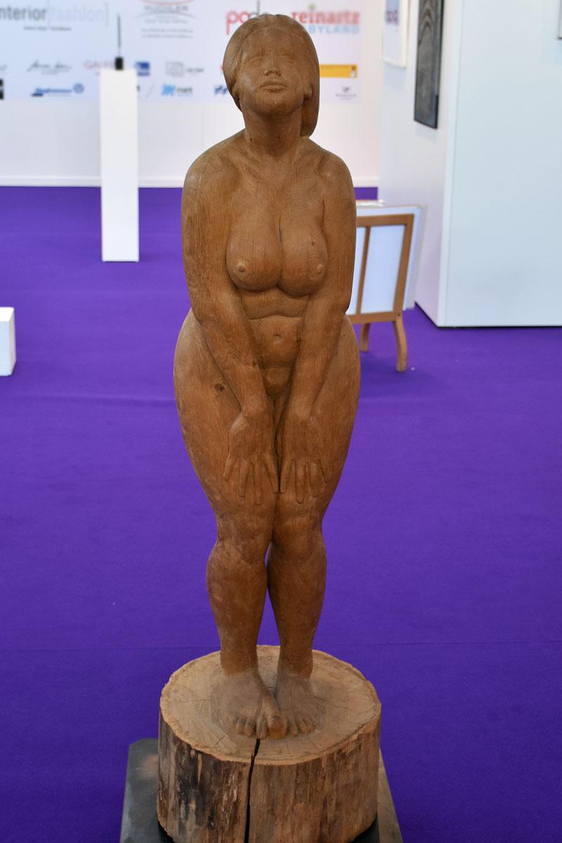 Weibliche Aktfigur aus Holz stehend