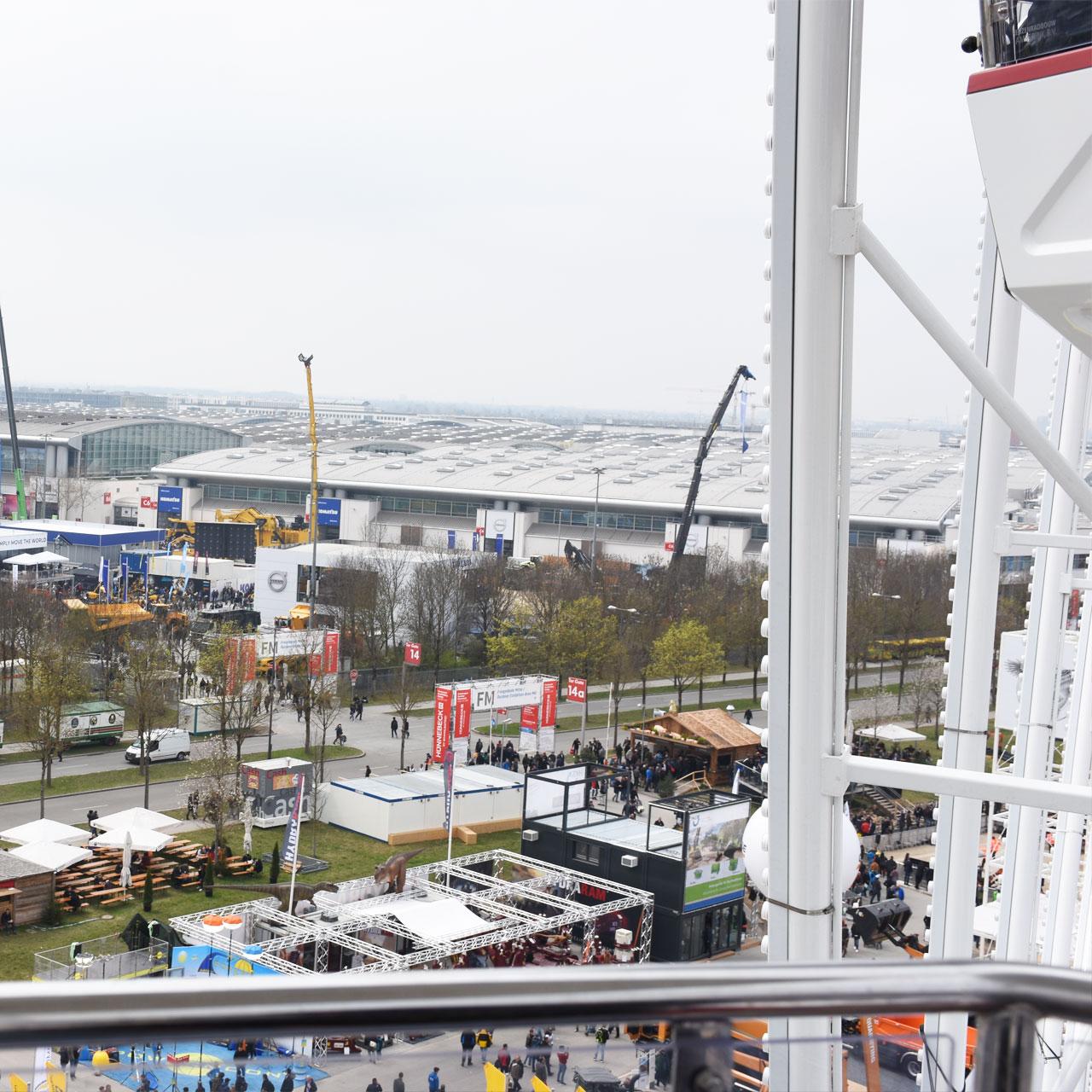 Blick über die Messehallen der Messe München