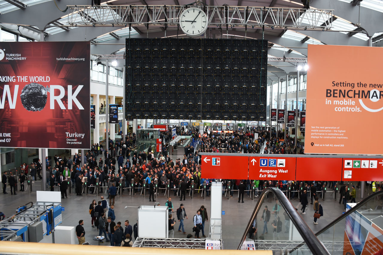 bauma 2019 - Messe München: Eingang-West 30 Minuten vor Messebeginn