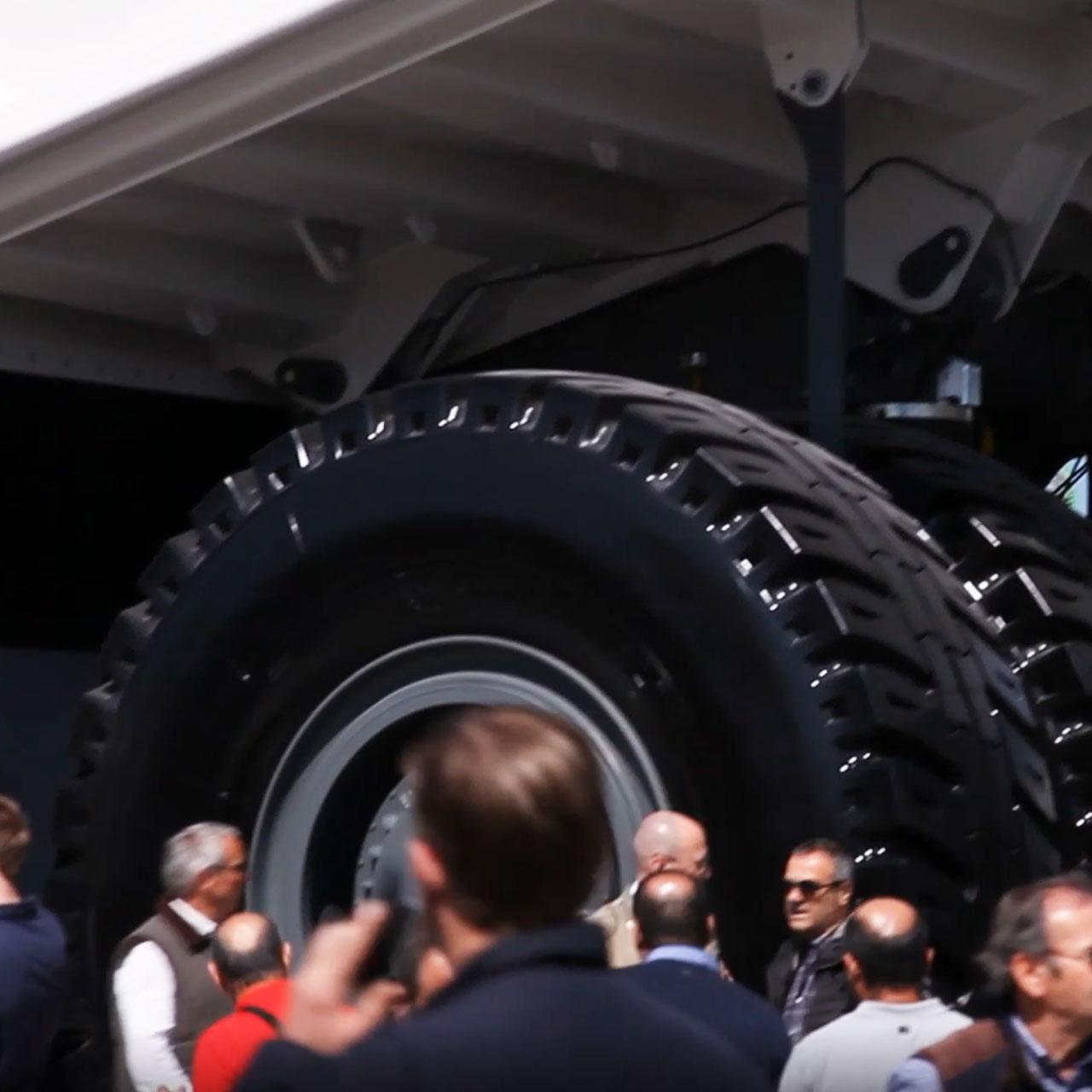 bauma - Dumper Liebherr mit riesigen Reifen